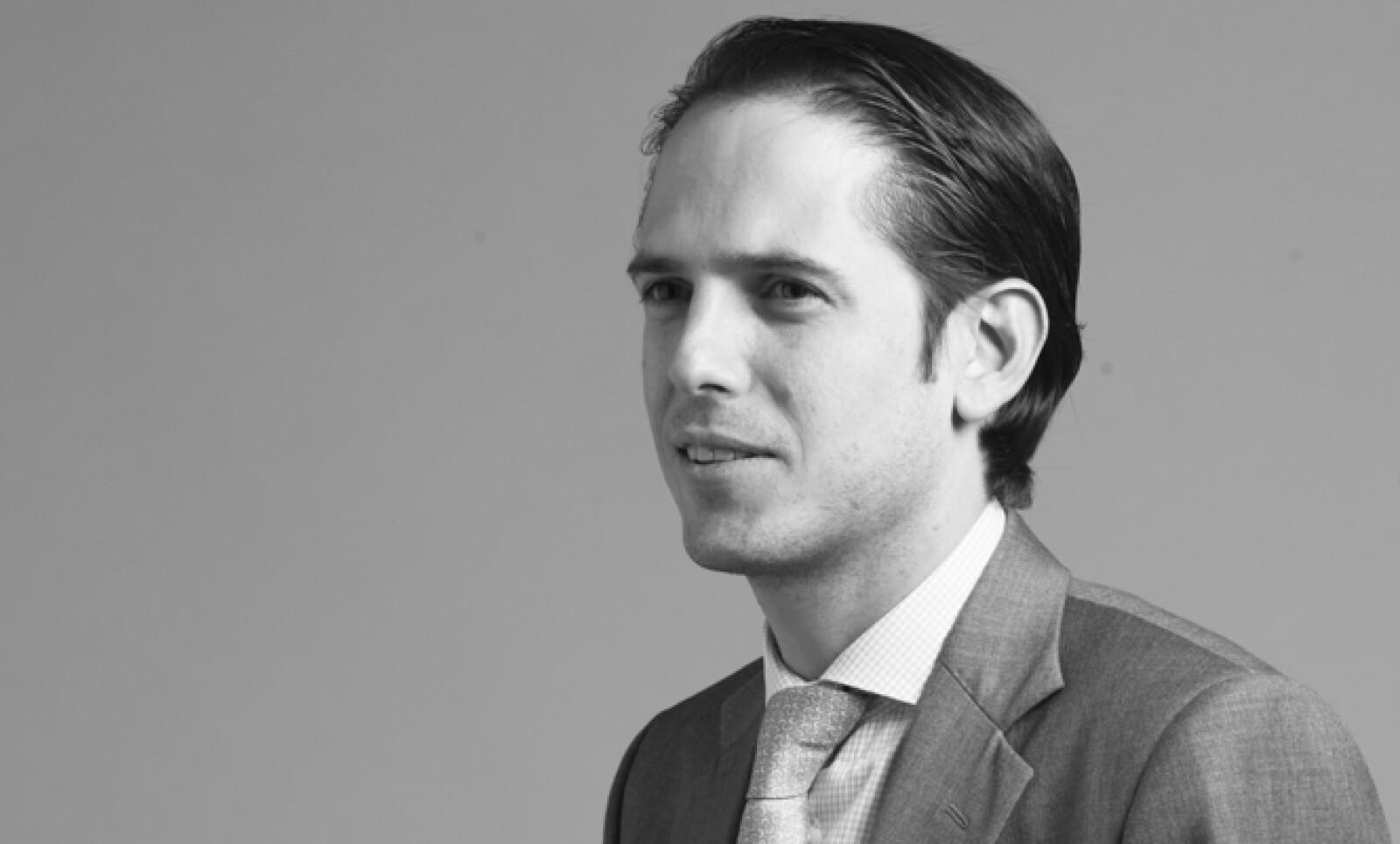 Trader de derivados en JP Morgan. Promociona los bonos mexicanos y es el más joven en el cargo en la historia de la empresa.