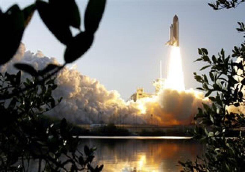 Musk señala que el cohete es suficientemente grande como para enviar carga o astronautas a orbitar a la Luna. (Foto: AP)