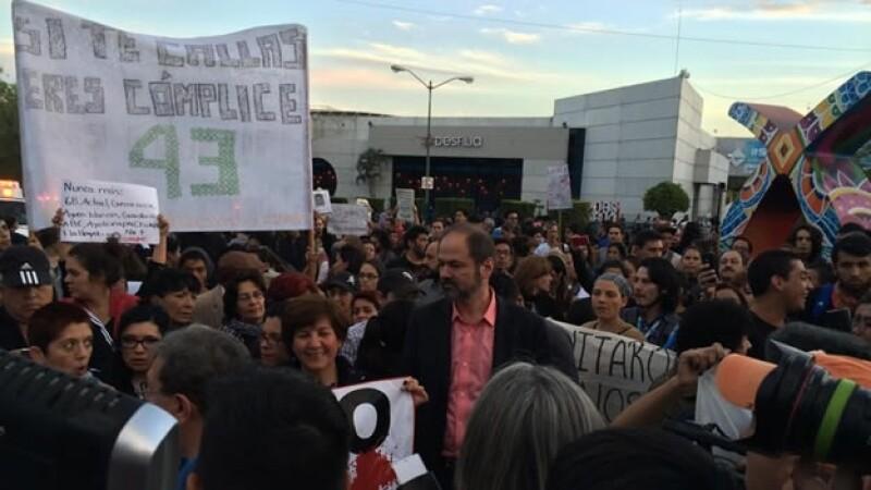 El escritor mexicano Juan Villoro (centro) formó parte de la marcha por Ayotzinapa en Guadalajara