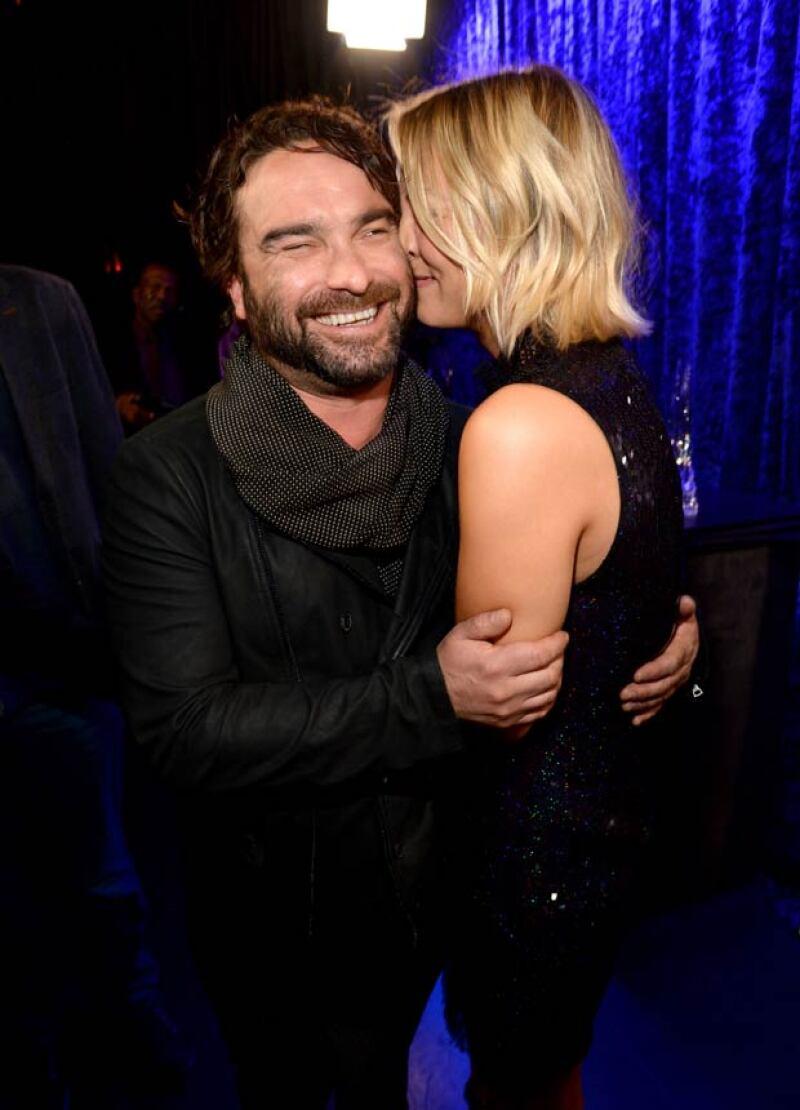 """Los actores, mejor conocidos como Penny y Leonard en """"The Big Bang Theory"""", fueron captaron muy afectuosos y románticos durante los People&#39s Choice Awards."""