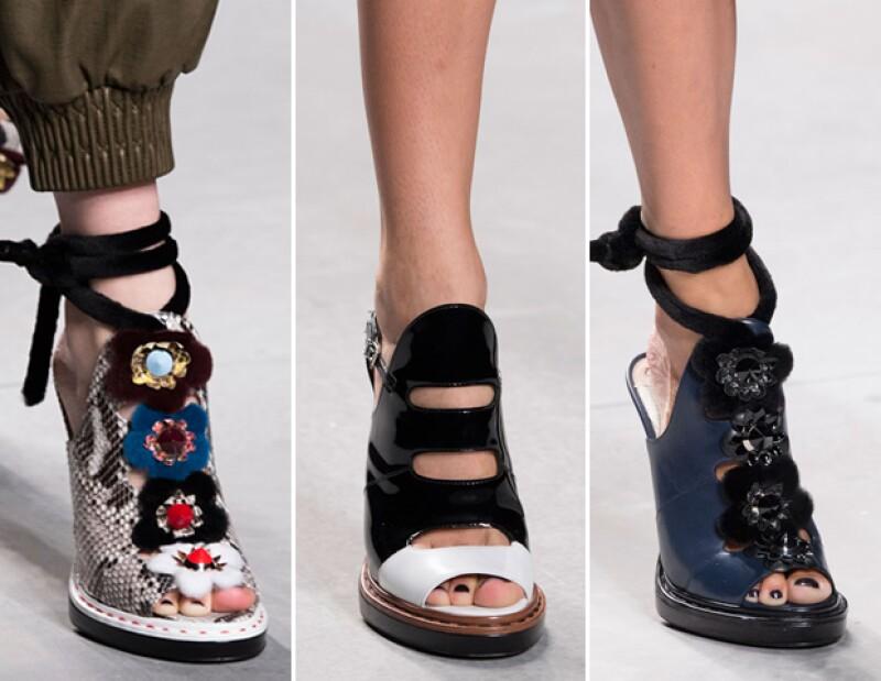 Tacones, sandalias al piso y flatforms implementaron detalles presentes en la ropa.