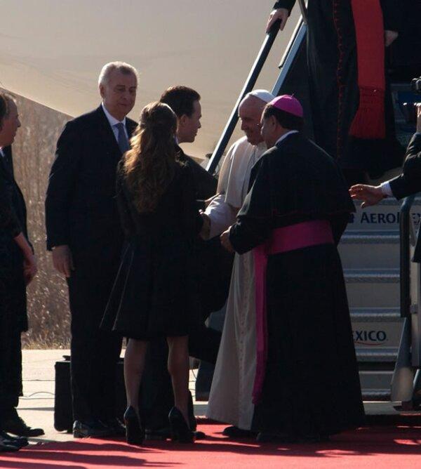 Anahí y Manuel Velasco recibiendo al Papa en Chiapas.