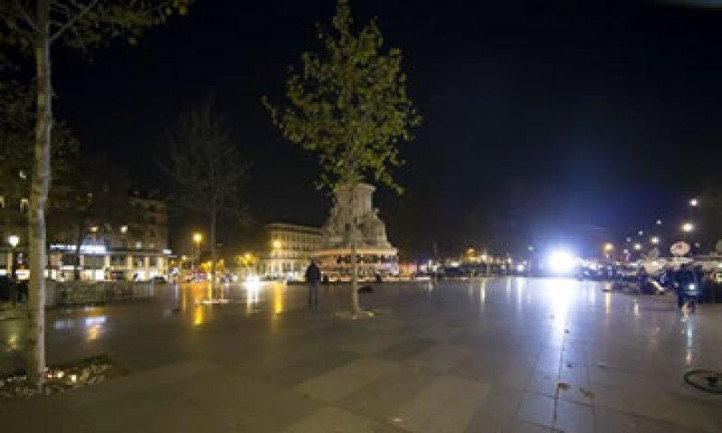 Cientos de personas, reunidas espontáneamente en la Plaza de la República de París desataron una estampida. (Foto: EFE )