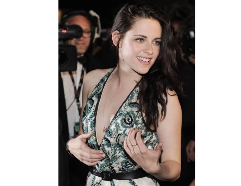 Además de su sweater, Kristen ha sido vista en varias ocasiones con este dije rojo.