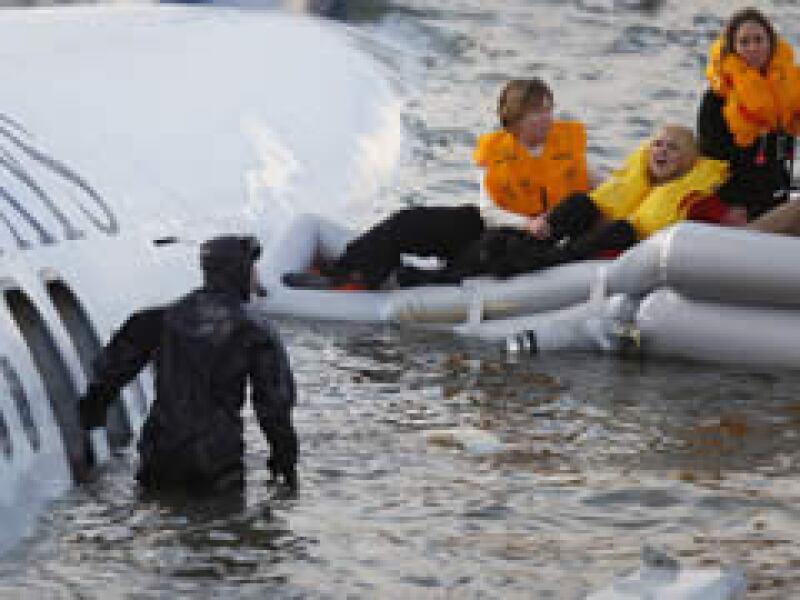 Unas 155 personas fueron rescatadas de las heladas aguas del río Hudson. (Foto: Reuters)