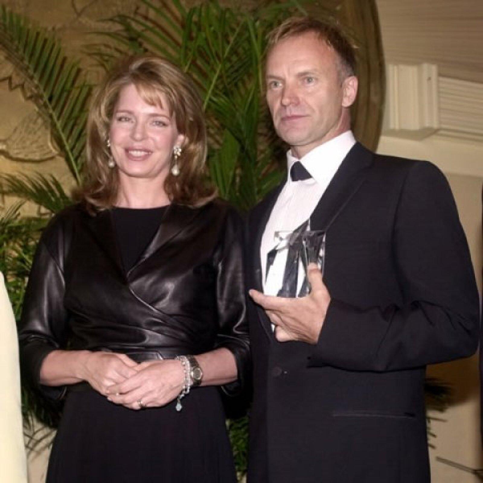 Durante la cena organizada por la Fundación Arábe-Americana, la reina entregó un premio Kahlil Gibran Spirit of Humanity al cantante Sting en 2001.