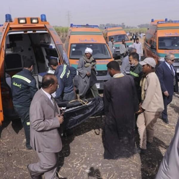 rescatistas meten cuerpos en ambulancias