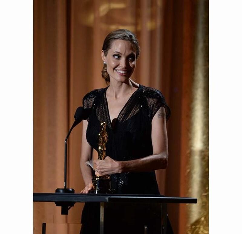 Angelina Jolie recibió su premio en una ceremonia privada en la que estuvo acompañada por el guapo Brad Pitt.