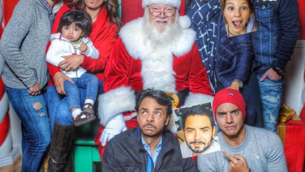 Con gestos y rodeando a Santa Claus, la familia Derbez regala una de las mejores postales navideñas a sus seguidores.