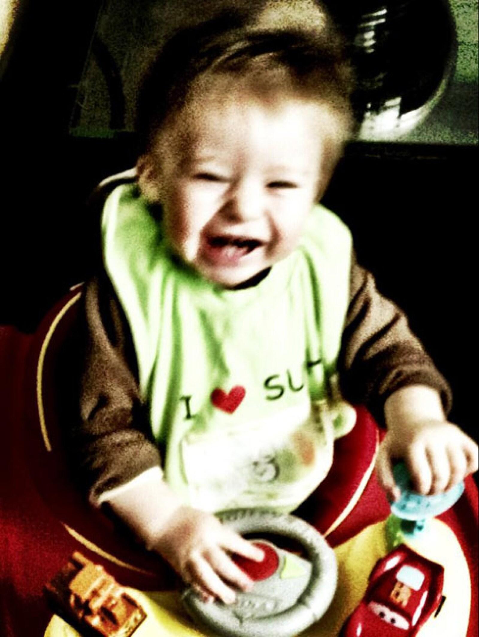 El pequeño Mateo feliz en su andadera en su primer cumpleaños. Su papá posteó: El cumpleañero #Mateo no suelta la andadera! Tengan un buen sábado!