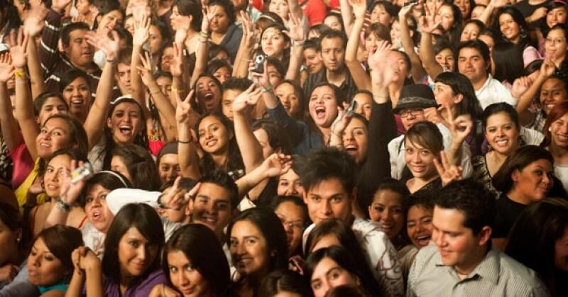 El grupo convocó a casi mil fans para que participaran en su nuevo clip como parte de un concierto.