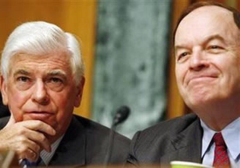 Los senadores Christopher Dodd (izq.) y Richard Shelby y esperan alzanzar un acuerdo de reforma financiera antes del 20 de enero. (Foto: Reuters)