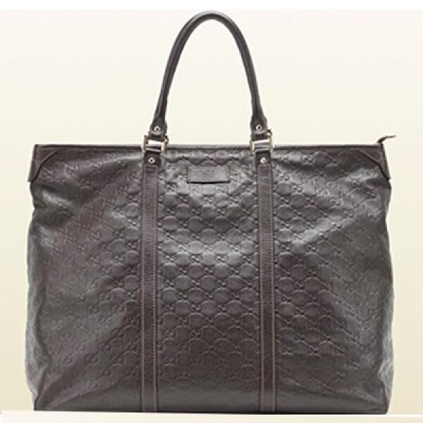 Un bolso amplio tipo Tote le cabe todo lo que una ejecutiva debe portar.