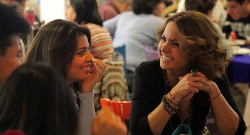"""La cantante ha entablado tan buena amistad con sus alumnos de """"La Voz…México"""", que esta vez decidió invitarlos a comer."""