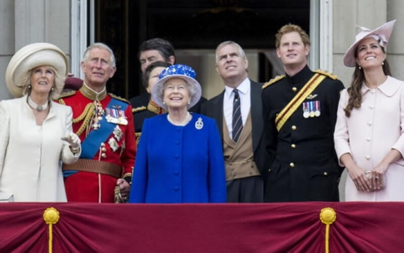 Desfiles, festejos públicos, beneficios y ahora, un aumento de sueldo. ¿Cómo costean los británicos a la poderosa familia real?