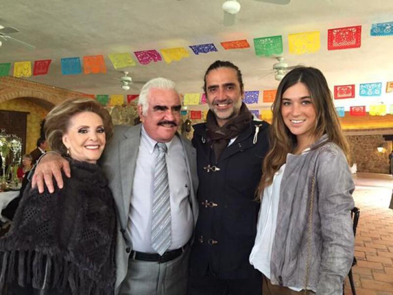 Karla Laveaga figuró en una de las fotografías con los papás de su novio, Don Vicente Fernández y Doña Cuquita Abarca.