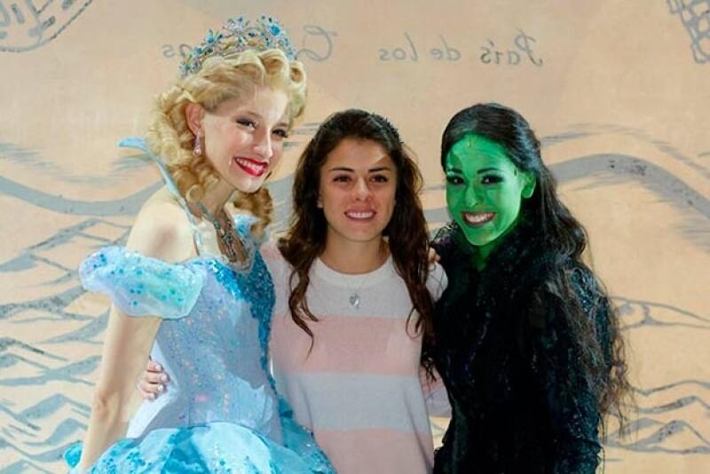 Paulina Peña no dudó tomarse la foto del recuerdo con las brujas de Wicked.