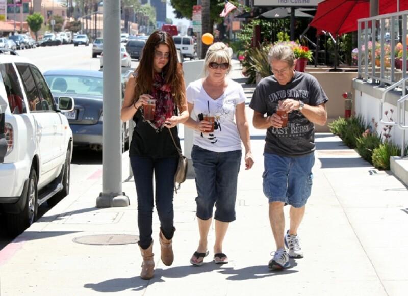 Selena hace un par de años paseando en Los Ángeles con sus papás Mandy Cornett y Brian Teefey.