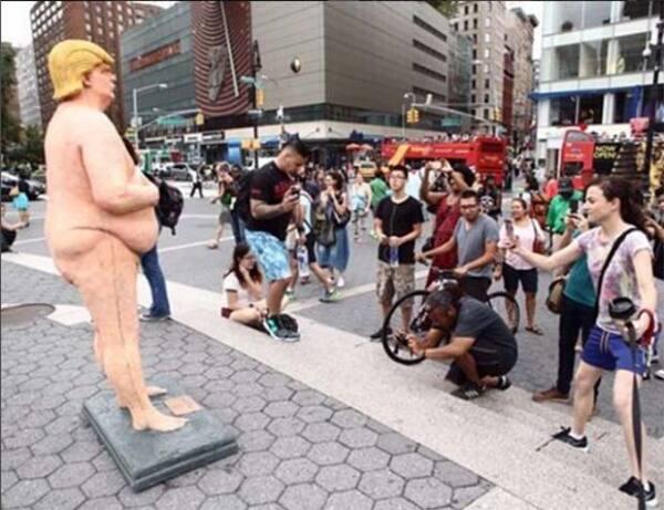 Todos los turistas pasaron a tomarle una fotografía.