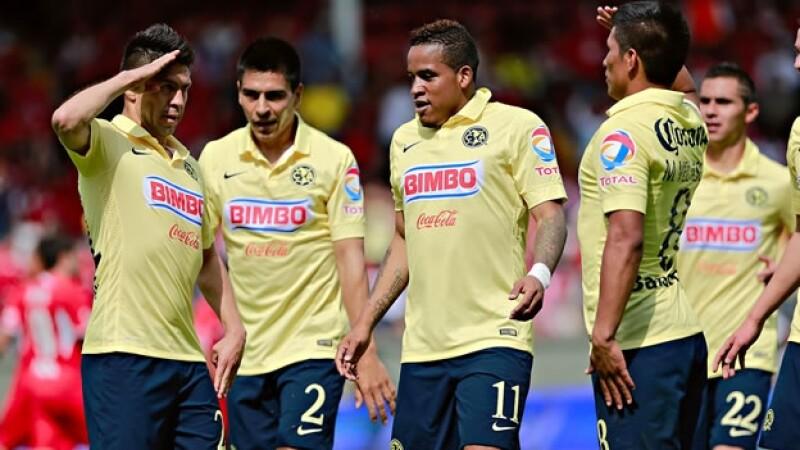 El delantero mexicano Oribe Peralta (izquierda) imita un saludo militar junto a sus compañeros tras anotar su segundo gol ante Toluca