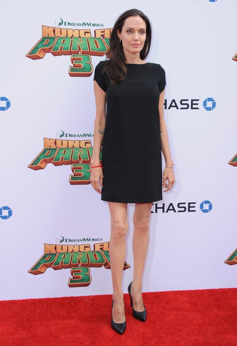 Angelina Jolie llamó la atención con su delgada figura a su paso por la red carpet de Kung Fu Panda 3.