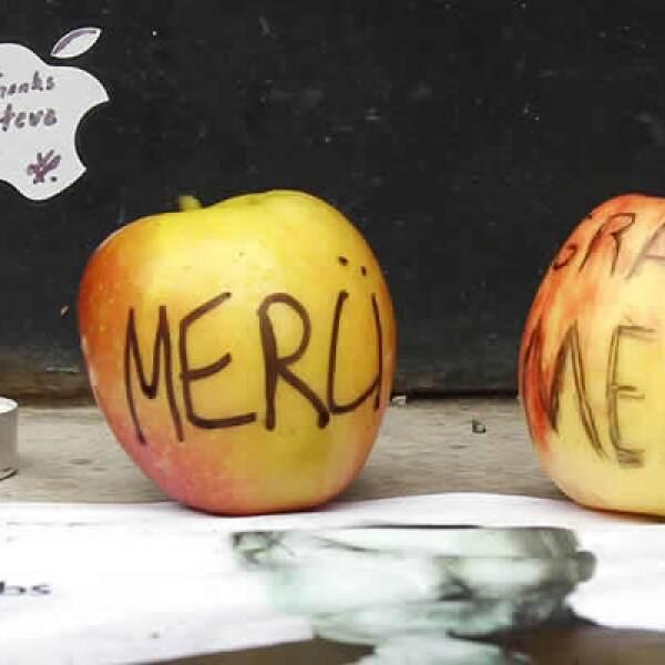 Las tiendas alrededor del mundo se llenan de ofrendas para Steve Jobs. Aquí un tributo en una tienda en París.