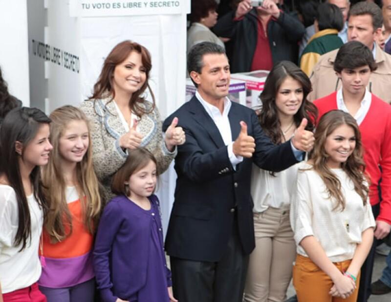 El candidato a la presidencia por el Partido Revolucionario Institucional llegó al centro de Atlacomulco, Estado de México, acompañado de su esposa y de sus hijos.
