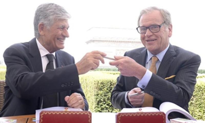 El CEO de Publicis, Maurice Lévy, (i) y el de Omnicom, John Wren (d) en el acto oficial de la fusión. (Foto: EFE)