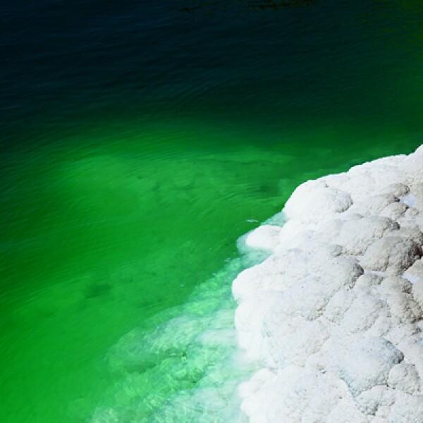3)Gente de todo el mundo visita el Mar Muerto por las propiedades curativas de los minerales y algas de este lugar, que está compuesto por 33% de sólidos; 10 veces más que en cualquier otro mar.