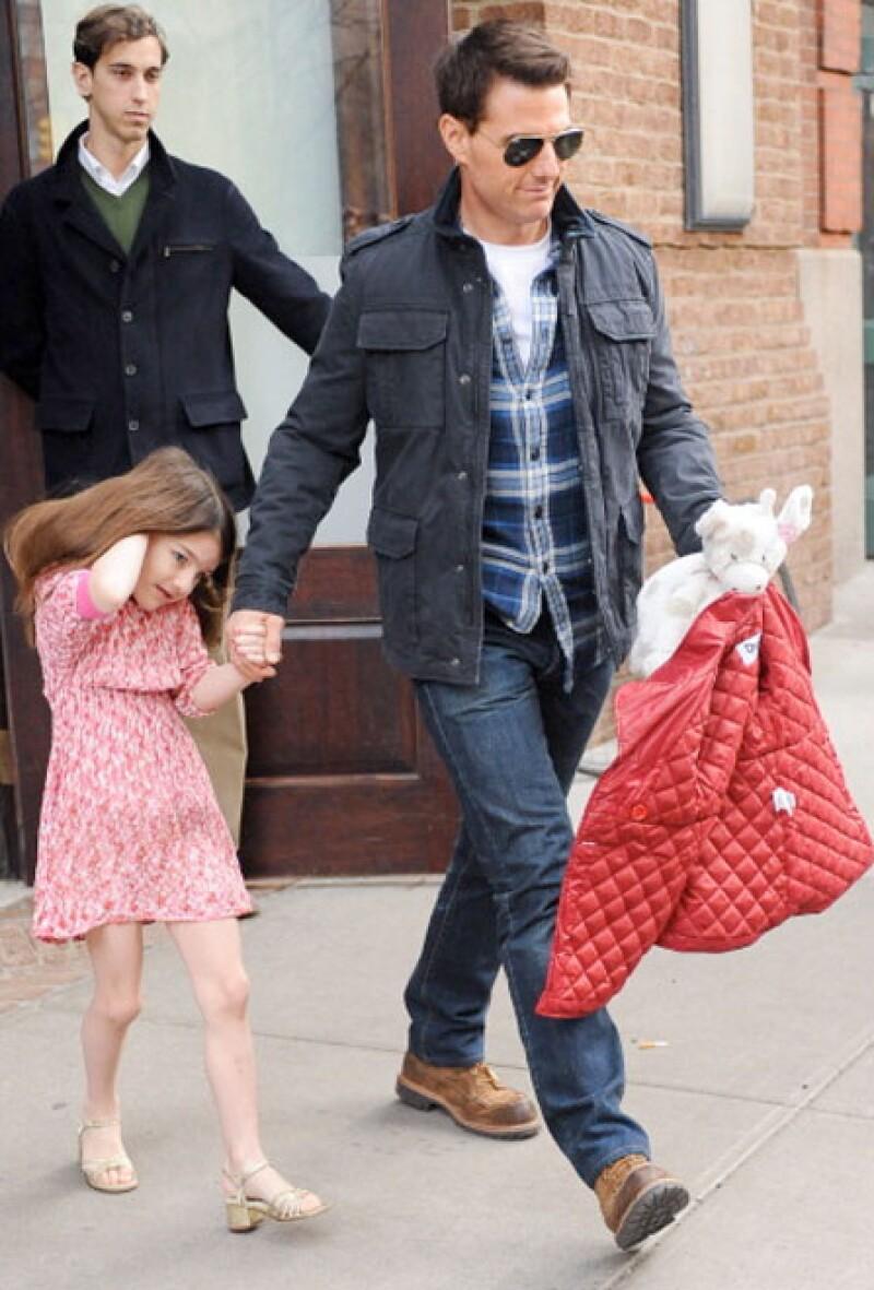 Fue una persona cercana a su ex, Katie Holmes, quien aseguró que el actor se ha mostrado ausente de la vida de su hija de ocho años de edad, a quien antes solía consentir de sobremanera.