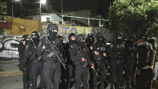 Bajo esta figura, cerca de 1,000 elementos entre policías estatales y personal de la Comisión Estatal de Seguridad ingresaron al penal para contener la violencia.