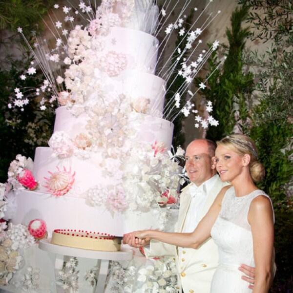 El pastel tuvo siete pisos, 50 kilográmos de fresas y dos mil flores de azúcar.
