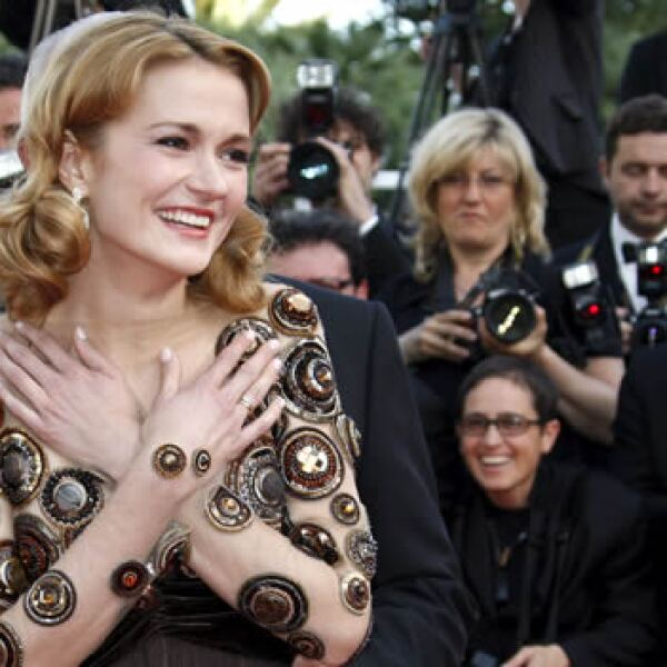 """La actriz rusa Nadezhda Mihalkova posa a su llegada al pase de la película """"Utomlyonnye Solntsem 2"""