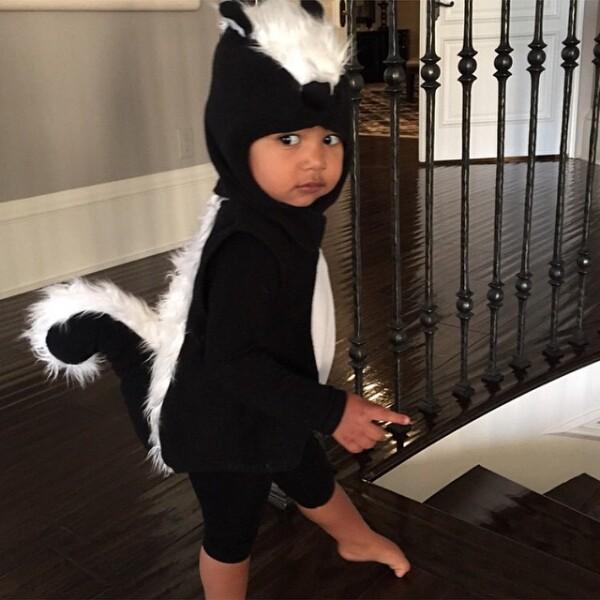 Kim Kardashian viste los disfraces más sensuales, pero cuando se trata de su hijo North, entonces la ternura entra por los ojos al verlo vestido de zorrillo.