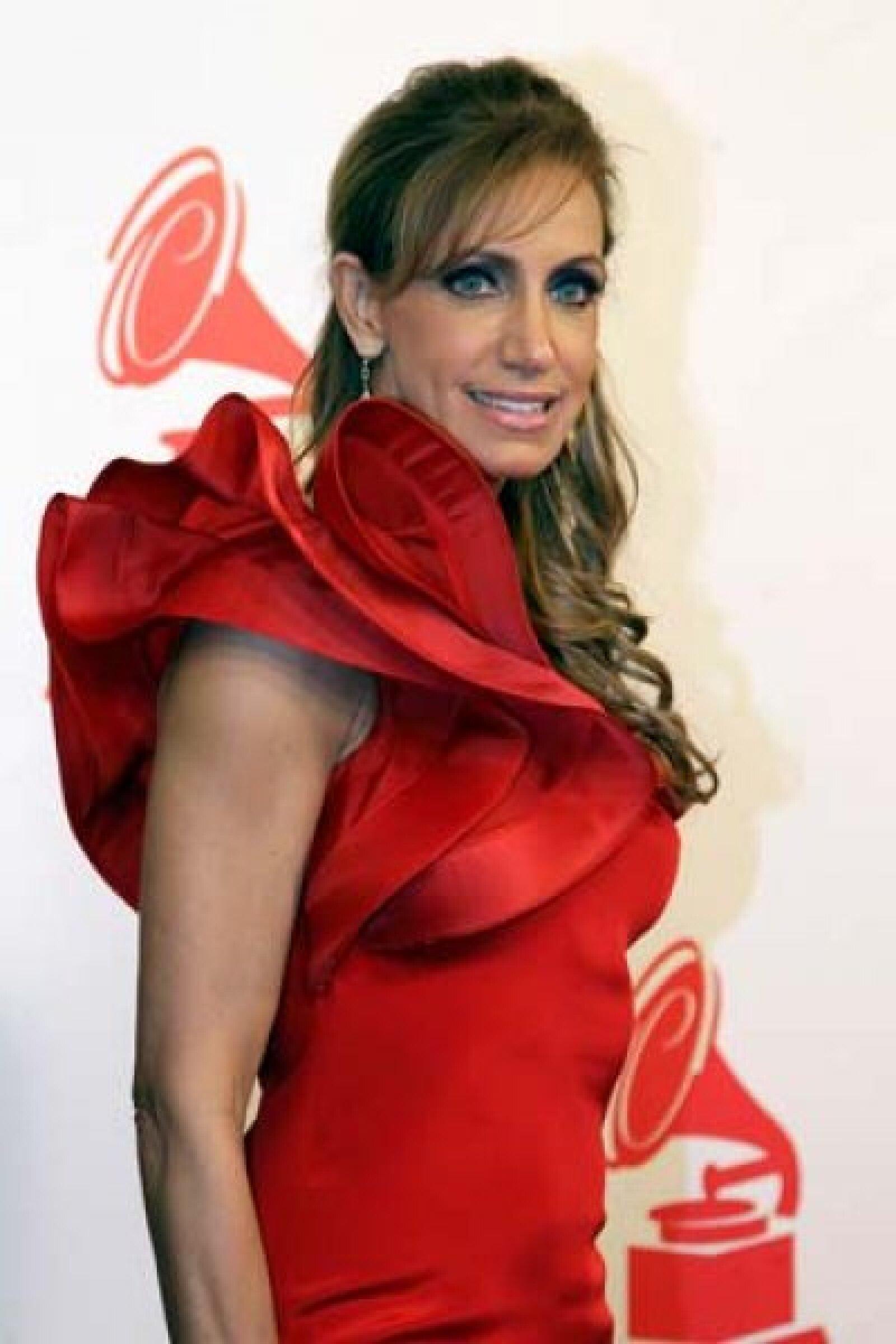 Lili Stefan usó un vestido rojo.