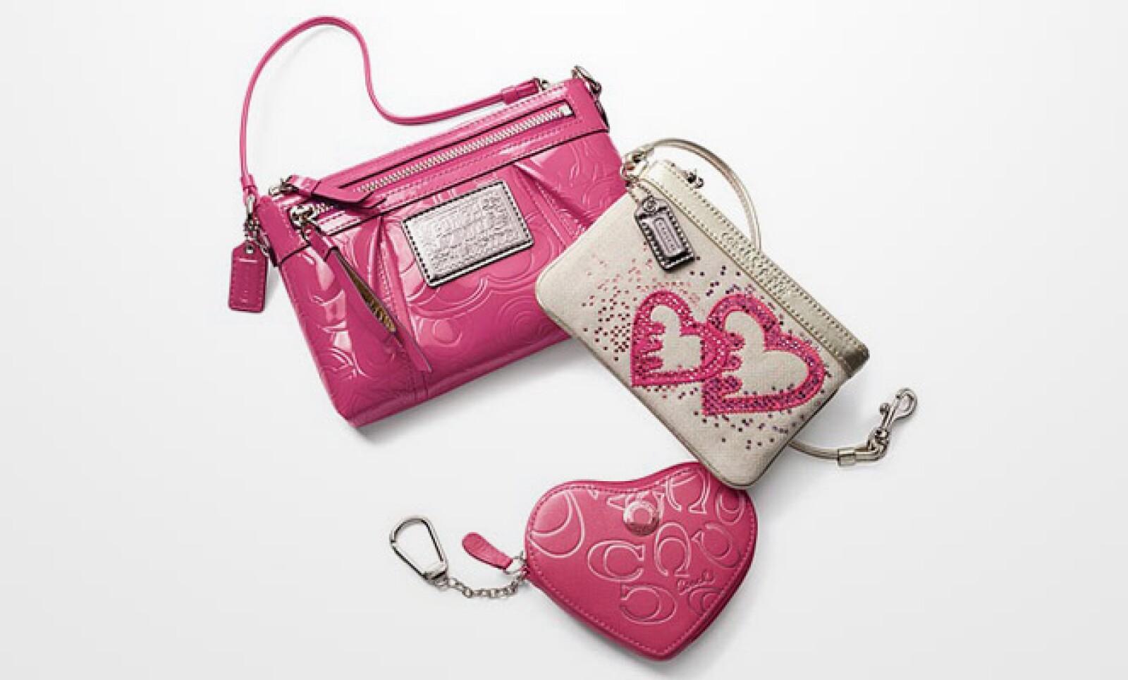 Si deseas algo más romántico, este paquete cambia la forma del monedero por un corazón e intercala pequeños brillantes en el porta tarjetas.