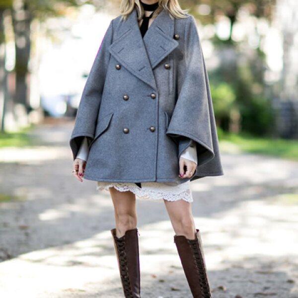 Las botas largas y las capas cortas hacen una combinación ideal para un look parisino.