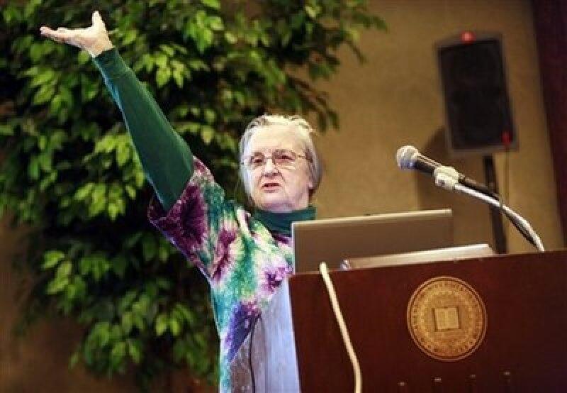 La estadounidense Elinor Ostrom es la primera mujer en ganar el galardón desde que se fundó en 1968. (Foto: AP)