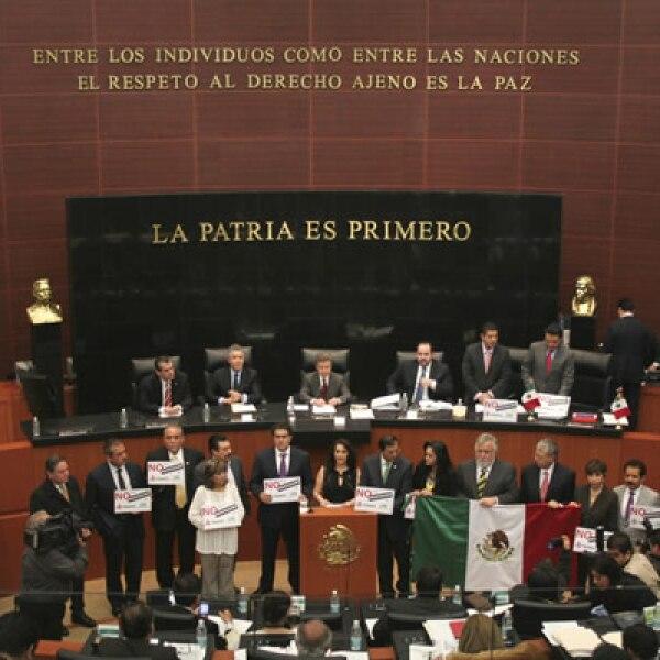 Previo a la votación, un grupo de legisladores perredistas tomaron la tribuna del salón de plenos de la Comisión Permanente, en demanda de una consulta ciudadana en materia energética.