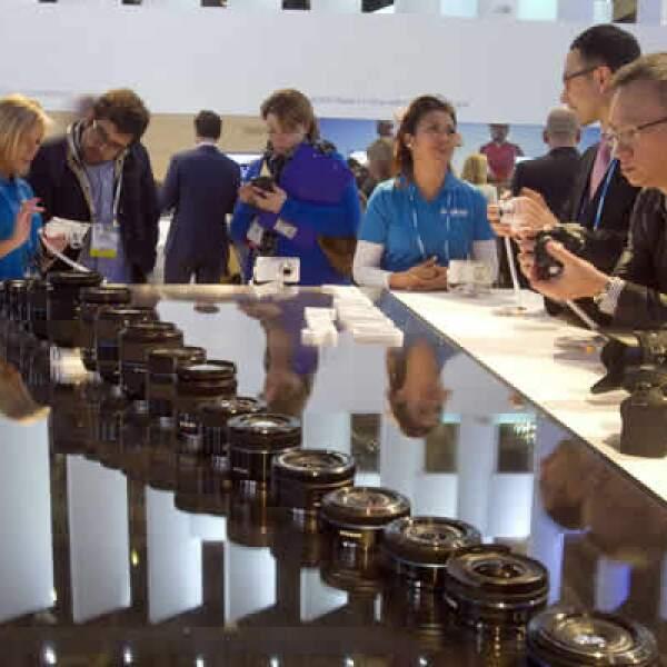Los asistentes a  la CES observan la cámara inteligente NX30 en el stand de Samsung Electronics.