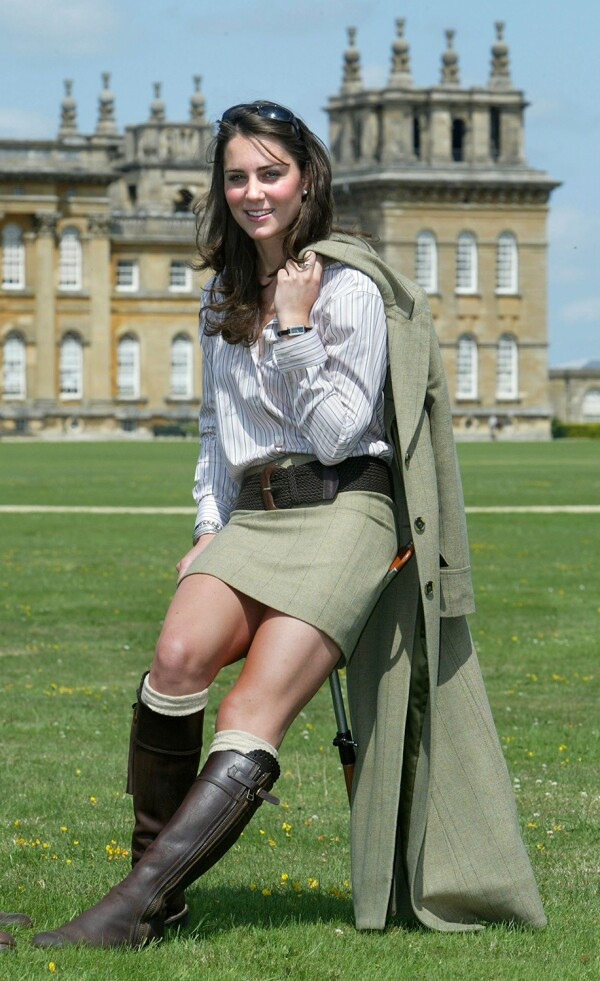 Kate posando frente al palacio de Blenheim, Oxfordshire, en 2004