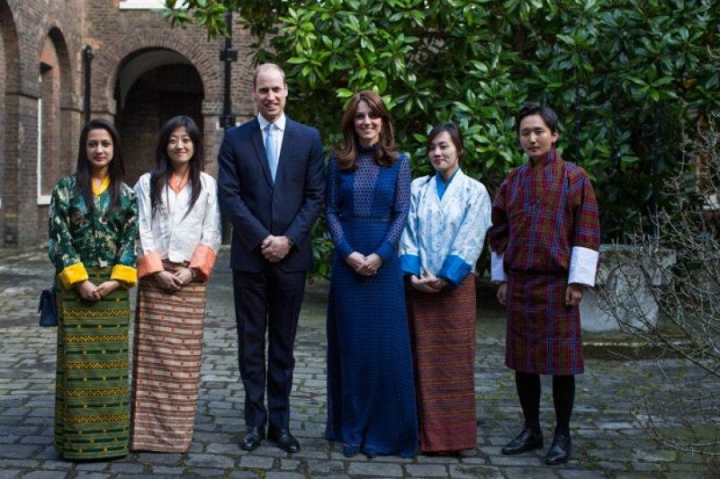 La duquesa de Cambridge lució un vestido de una diseñadora hindú en un evento en que el se reunió con estudiantes de la India y de Bután.