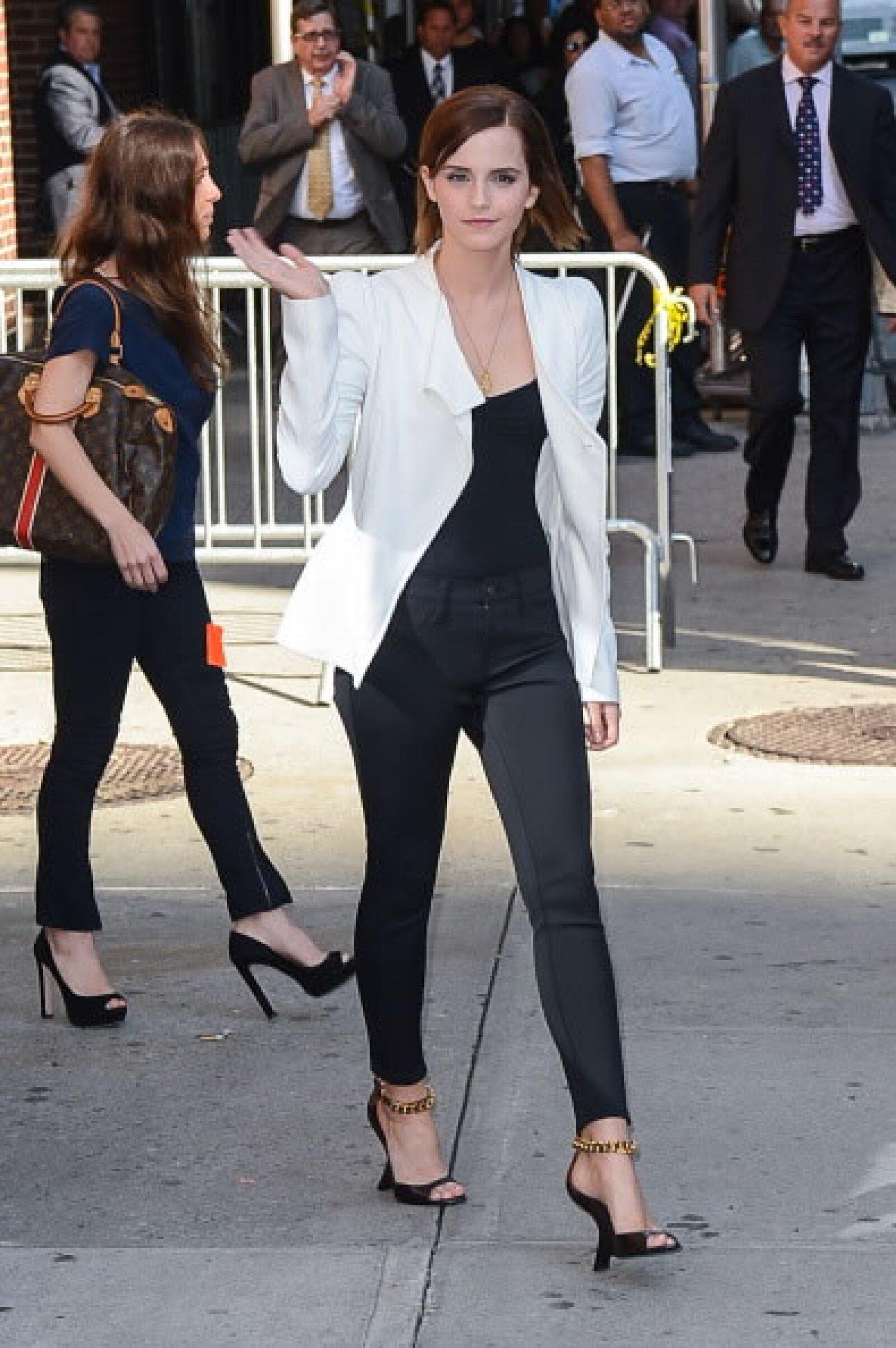 Con un look chic, la actriz camina por las calles de NY. Con un blazer blanco le dio un toque de originalidad a su look monocromático, complementándolo con accesorios dorados.