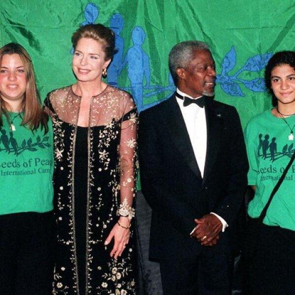 Noor y el ex secretario general de la ONU Kofi Annan posan con graduados de Seed of Peace durante la cena anual de la organización, el 10 de junio de 1999, en Nueva York.