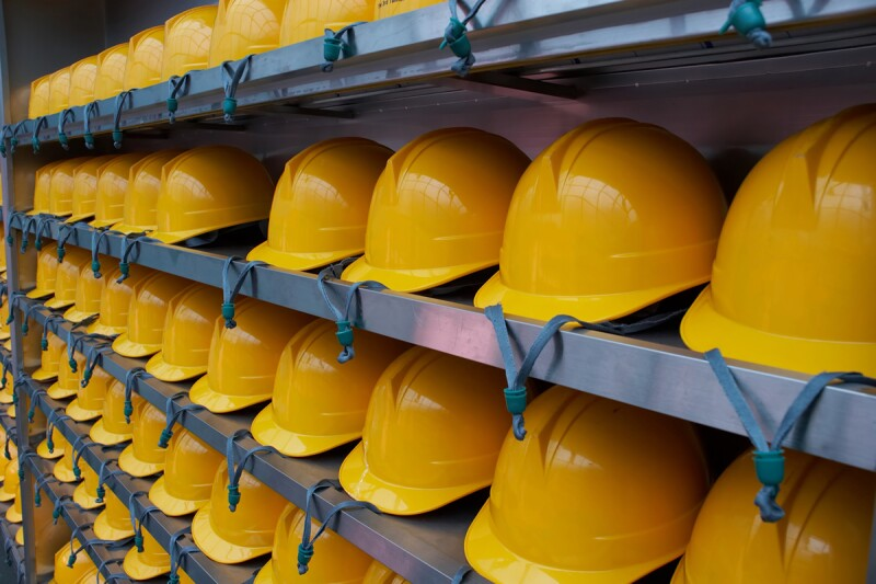 cascos de obreros