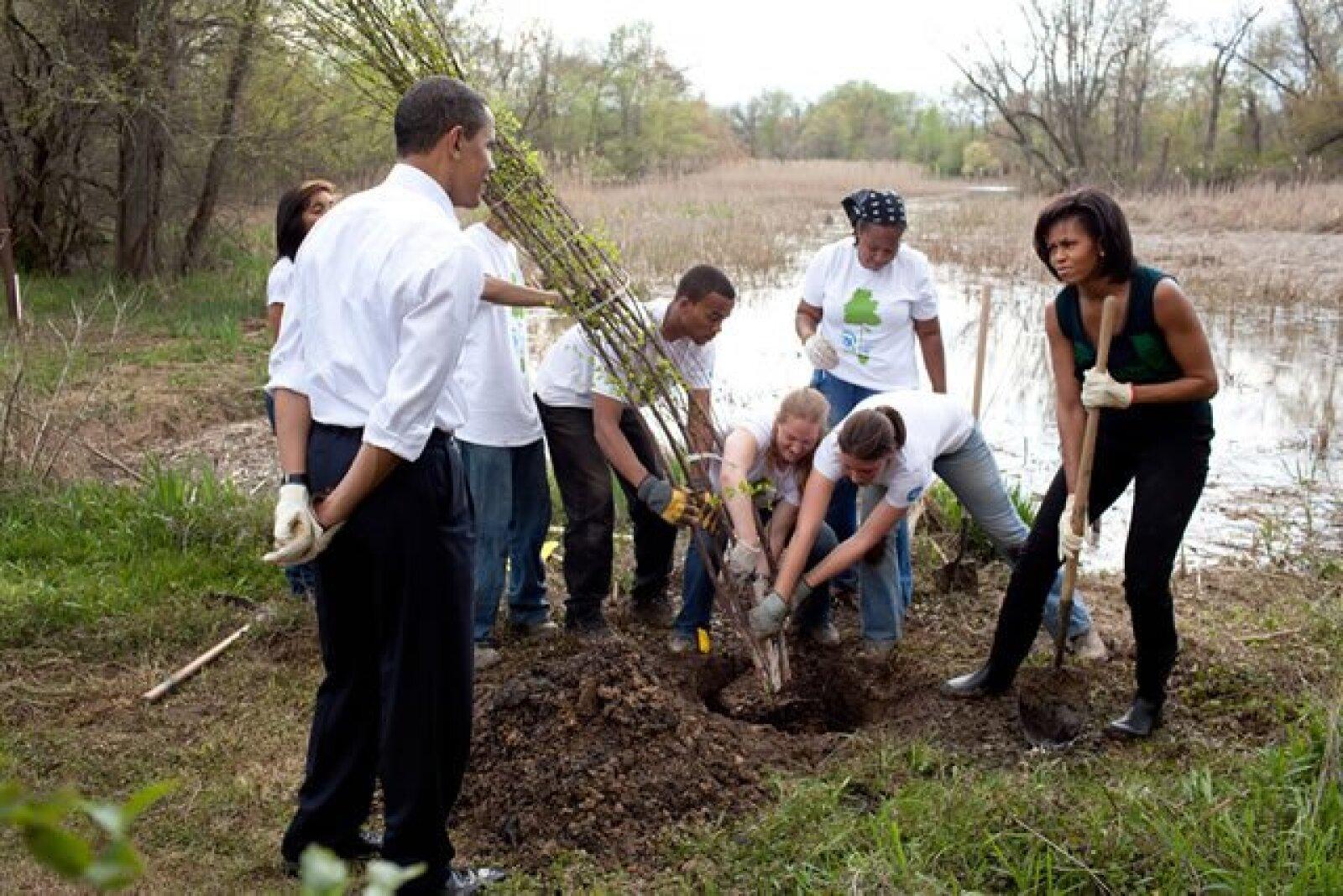 El presidente Barack Obama y la primera dama, Michelle Obama, participan en la plantación de árboles en el Kenilworth Aquatic Gardens en Washingoton el pasado 21 de abril.