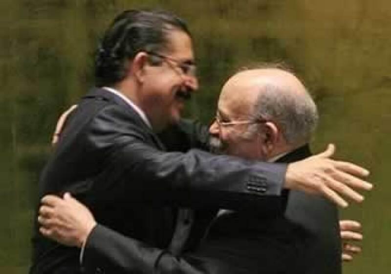 El derrocado presidente abraza a Miguel Descoto, quien lo acompaña en su viaje a Centroamérica. (Foto: AP)