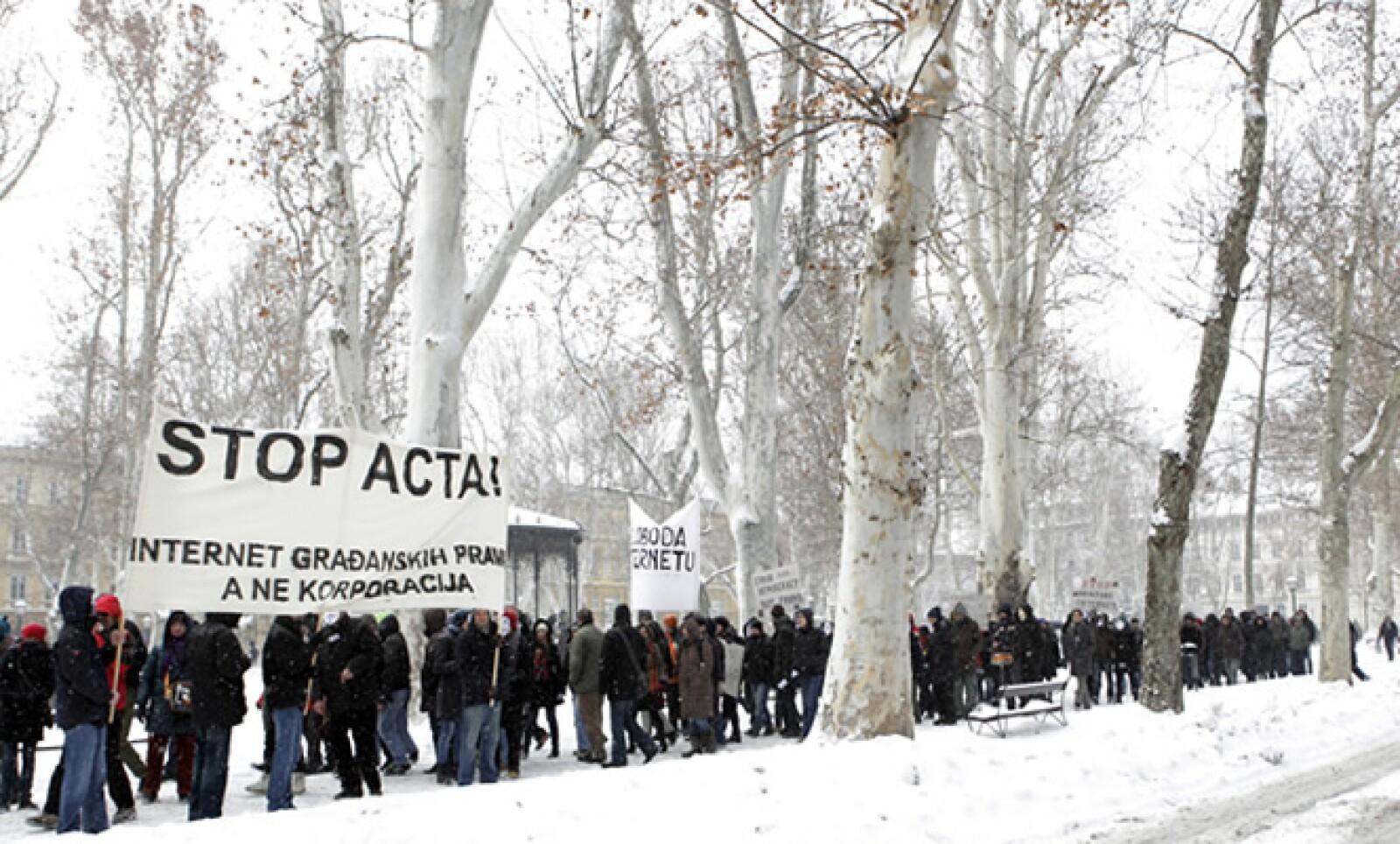 Pese al fuerte frío en varias ciudades de Europa, manifestantes tomaron las calles para reiterar su rechazo al proyecto.
