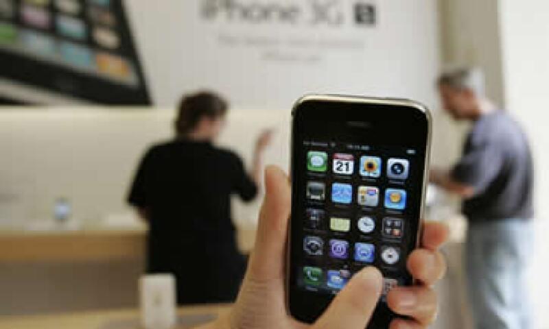 Considera mudarte a un plan de datos al adquirir tu primer 'smartphone', ahorrarás más que si lo usas como prepago.  (Foto: AP)