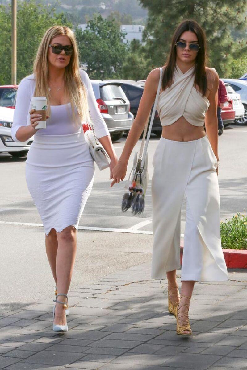 De blanco, pero muy sexys, fue como lucieron las medias hermanas Khloé Kardashian y Kendall Jenner al llegar a misa.